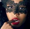 donna maschera dito in bocca